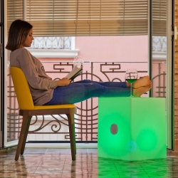 Cube avec RGBW Led lumière 53cm haut-parleur solaire bluetooth et batterie rechargeable